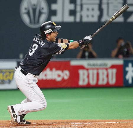 4回ソフトバンク無死、松田が中越えに本塁打を放つ=札幌ドーム