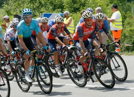 ツール・ド・フランスの第7ステージを走る新城幸也(右から2人目)(砂田弓弦氏撮影・共同)