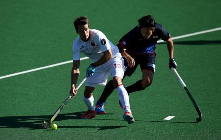 相手選手と競り合う日本代表の田中海渡(右)=9日、ヨハネスブルク(ゲッティ=共同)