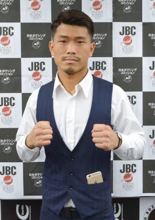 WBOフライ級タイトルマッチに向けた記者会見後、ポーズをとる木村翔=10日、東京都文京区