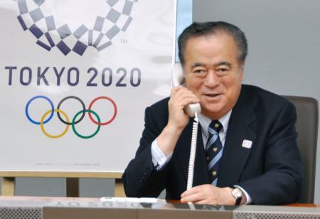 2020年東京五輪大会組織委からカシマスタジアムの追加決定の電話連絡を受ける茨城県の橋本昌知事=10日午後、茨城県庁
