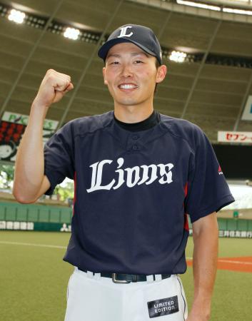 オールスター戦に補充選手として出場が決まり、笑顔でポーズをとる西武・源田=メットライフドーム