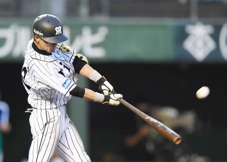 3回阪神1死、上本が左越えに本塁打を放つ=倉敷