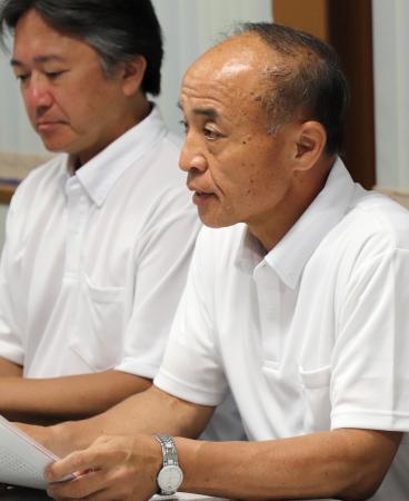 記者会見する千葉県高校野球連盟の円城寺一雄会長(右)=11日午後、千葉市