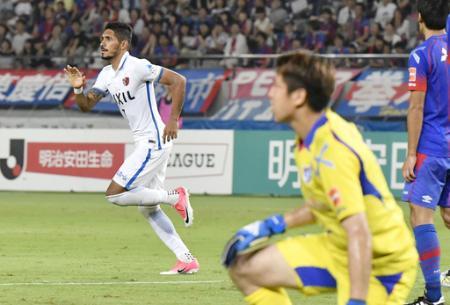 J1 FC東京―鹿島 後半、同点となる自身2点目のゴールを決め、駆けだす鹿島・ペドロジュニオール(左)=味スタ