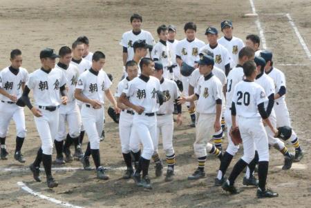 豪雨被災地の福岡県朝倉市にある高校同士の対戦で、試合終了後に互いの健闘をたたえ合う朝倉高と朝倉光陽高の選手たち=12日午後、小郡市野球場
