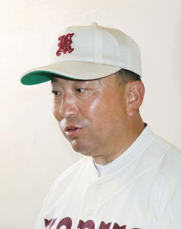 元野球部員が逮捕された問題で、取材に応じる拓大紅陵の沢村監督=12日、千葉県市原市