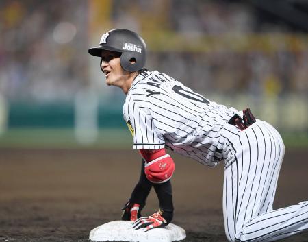 6回、同点2点打を放ち、一塁上で笑顔の大和=甲子園