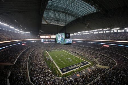 米テキサス州アーリントンのスタジアムで、カウボーイズの試合開始を待つ大勢の観客=2013年(AP=共同)