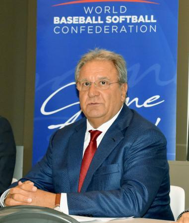 取材に応じる世界野球ソフトボール連盟のフラッカリ会長=13日、ローザンヌ(共同)