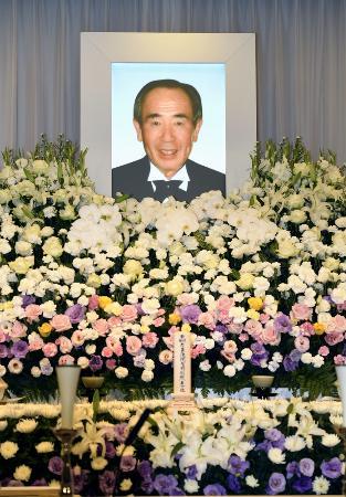 上田利治氏の通夜で、祭壇に置かれた遺影=7月5日午後、横浜市青葉区