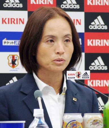 米国でのサッカー女子4カ国対抗国際親善大会に臨む日本代表を発表する高倉監督=14日午後、東京都文京区