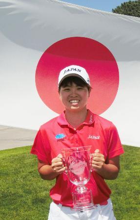 ゴルフの世界ジュニア選手権女子15~18歳の部で優勝し、カップを手に笑顔を見せる大林奈央=ラホヤ(共同)