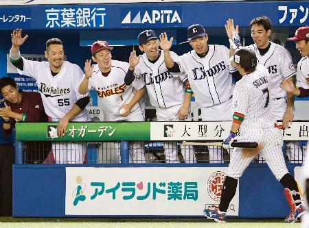 7回、本塁打を放った鈴木(7)を迎える全パナイン=ZOZOマリン