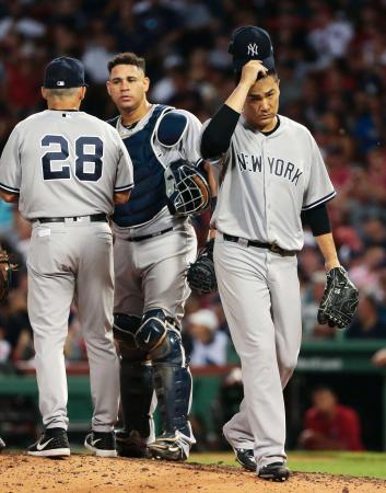 レッドソックスとのダブルヘッダー第2試合の8回途中、降板するヤンキース・田中(右)。9敗目を喫した=ボストン(共同)