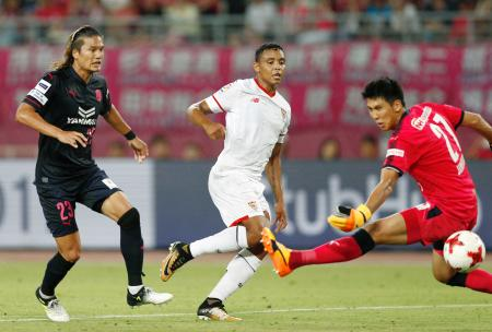 C大阪―セビリア 後半、チーム3点目のゴールを決めるセビリアのムリエル(中央)。左はC大阪・山下、GK金鎮鉉=ヤンマー