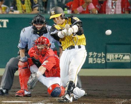4回阪神2死二塁、梅野が左前に適時打を放つ。捕手会沢=甲子園