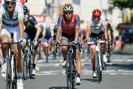 ツール・ド・フランスの第16ステージを45位で走り終えた新城幸也(中央)(共同)