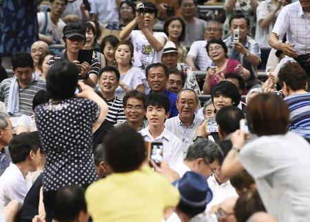 大相撲名古屋場所を観戦に訪れ、観客の注目を集めた将棋の藤井聡太四段(中央手前)=7月12日午後、名古屋市の愛知県体育館