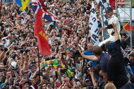 母国で行われた英国GPで4連覇を果たし喜ぶルイス・ハミルトンと熱烈に祝福する観客=メルセデス・AMG・F1