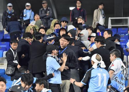 サッカーACLの川崎―水原戦で旭日旗が掲げられ、試合後にもみ合う両チームのサポーター=4月25日、韓国・水原(共同)