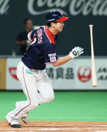 11回日本ハム1死一、三塁、松本が二塁へのサヨナラ内野安打を放つ=札幌ドーム