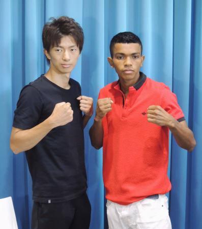 WBAライトフライ級世界戦の予備検診を終え、ポーズをとる王者の田口良一(左)と挑戦者のロベルト・バレラ=21日、東京都内