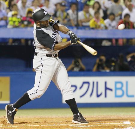 6回阪神1死一塁、ロジャースが左中間に2打席連続本塁打となる2ランを放つ=神宮