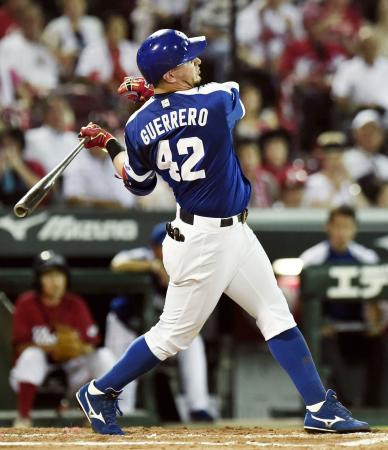 7回中日無死、ゲレーロが左越えに2打席連続の本塁打を放つ=マツダ