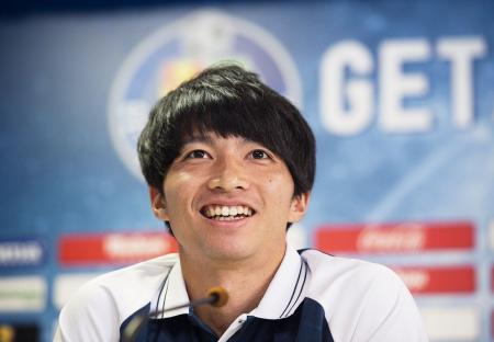 スペイン1部リーグ、ヘタフェに加入し、記者会見で笑みを見せる柴崎岳=21日、ヘタフェ(ゲッティ=共同)