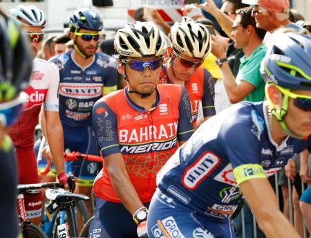 ツール・ド・フランスの第19ステージを走り終えた新城幸也(中央)(共同)