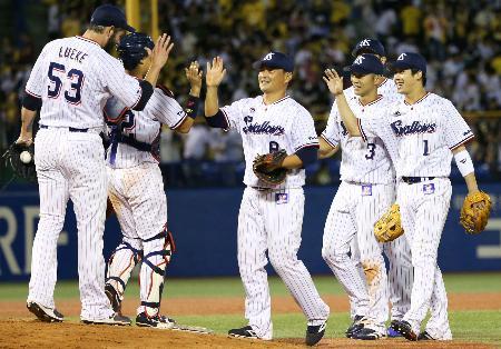 阪神に勝利し、連敗を14で止め喜ぶ山田(右端)らヤクルトナイン=神宮