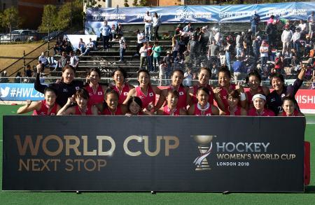 ホッケー女子のワールドカップ出場権を獲得し、喜ぶ日本の選手ら=22日、ヨハネスブルク(ゲッティ=共同)
