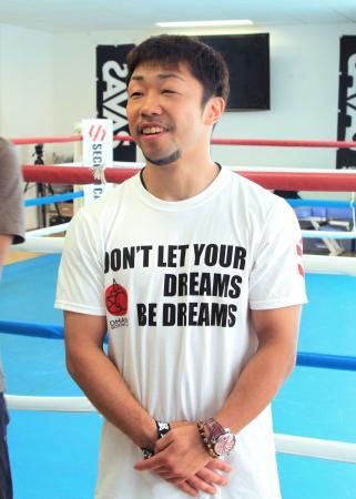 取材に応じるボクシングの八重樫東=25日、横浜市の大橋ジム