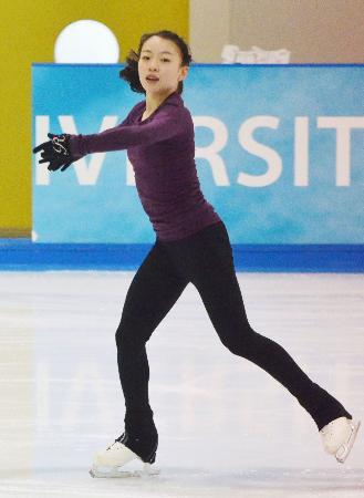 フィギュアスケートのジュニア強化合宿で練習する紀平梨花=25日、愛知県豊田市の中京大アイスアリーナ