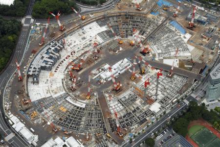 2020年の東京五輪開幕に向けて、建設工事が進む新国立競技場=23日、東京都新宿区