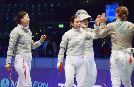女子サーブル団体3位決定戦でフランスに敗れ、落胆した表情の日本代表。(左から)江村、青木、田村=ライプチヒ(共同)