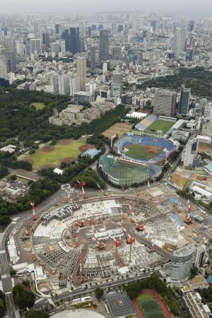 東京都新宿区で建設工事が進む新国立競技場。上は臨海部=23日