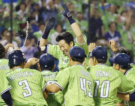 10回、代打でサヨナラ本塁打を放ち、ナインに迎えられるヤクルト・大松(中央)=神宮