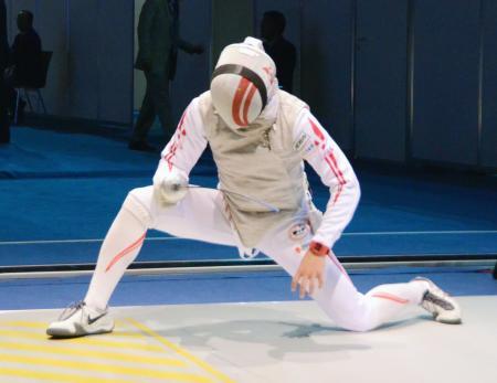 男子フルーレ団体準々決勝のロシア戦でポイントを奪われ、膝をつく西藤=ライプチヒ(共同)