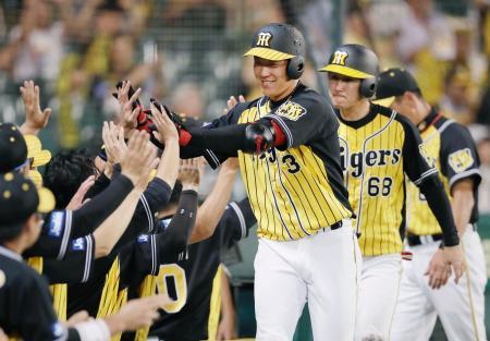 8回、2ランを放ち、ナインに迎えられる阪神・大山(3)=甲子園