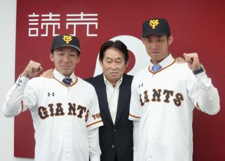 巨人と支配下選手契約を結んだ青山(右)と増田(左)。中央は鹿取GM=28日、東京都内の球団事務所