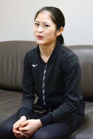 取材に応じるフィギュアスケート女子の宮原知子=27日、大阪市