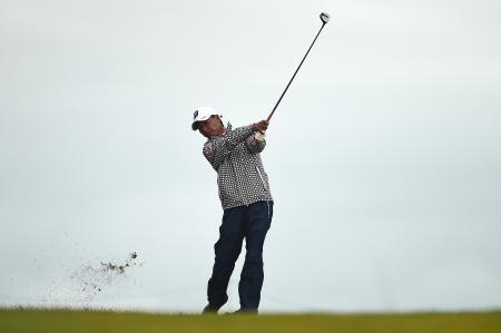 全英シニアゴルフ第2ラウンド、アプローチショットを放つ井戸木鴻樹=28日、英ブリジェンド(ゲッティ=共同)