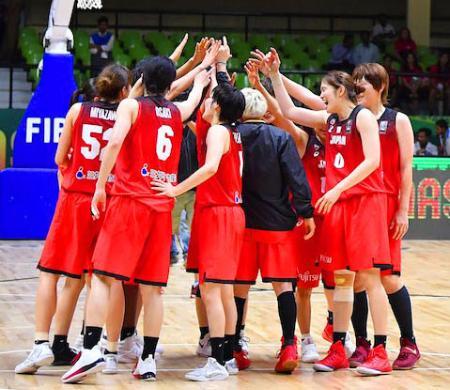 準決勝で中国に勝ち、喜ぶ日本女子代表=ベンガルール(日本バスケットボール協会提供・共同)