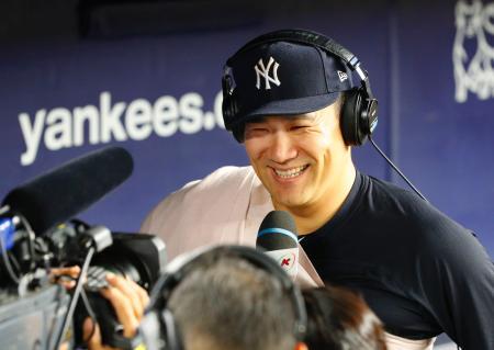 8勝目を挙げ、笑顔でテレビのインタビューに答えるヤンキース・田中=ニューヨーク(共同)