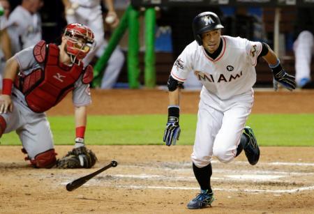 レッズ戦の6回、代打で二塁打を放ったマーリンズのイチロー=マイアミ(AP=共同)