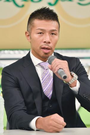 現役引退の記者会見をする前WBAスーパーフェザー級スーパー王者の内山高志=29日、東京都港区
