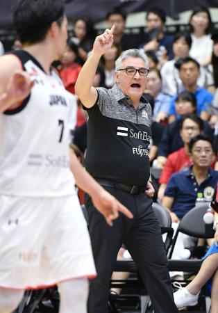 日本―ウルグアイ 選手に指示を出すラマス新監督=青山学院記念館