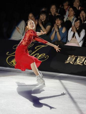 現役引退後、アイスショーで初滑りを披露するフィギュアスケート元世界女王の浅田真央さん=29日、大阪市中央体育館